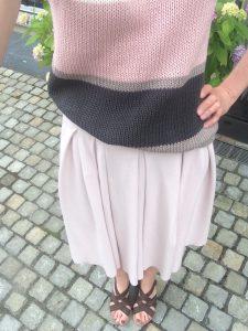 LOTILDA Faltenrock mit Strickshirt Draußen