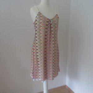 Burda Spaghetti Träger Kleid Modell 113 5-16 auf Puppe seitlich