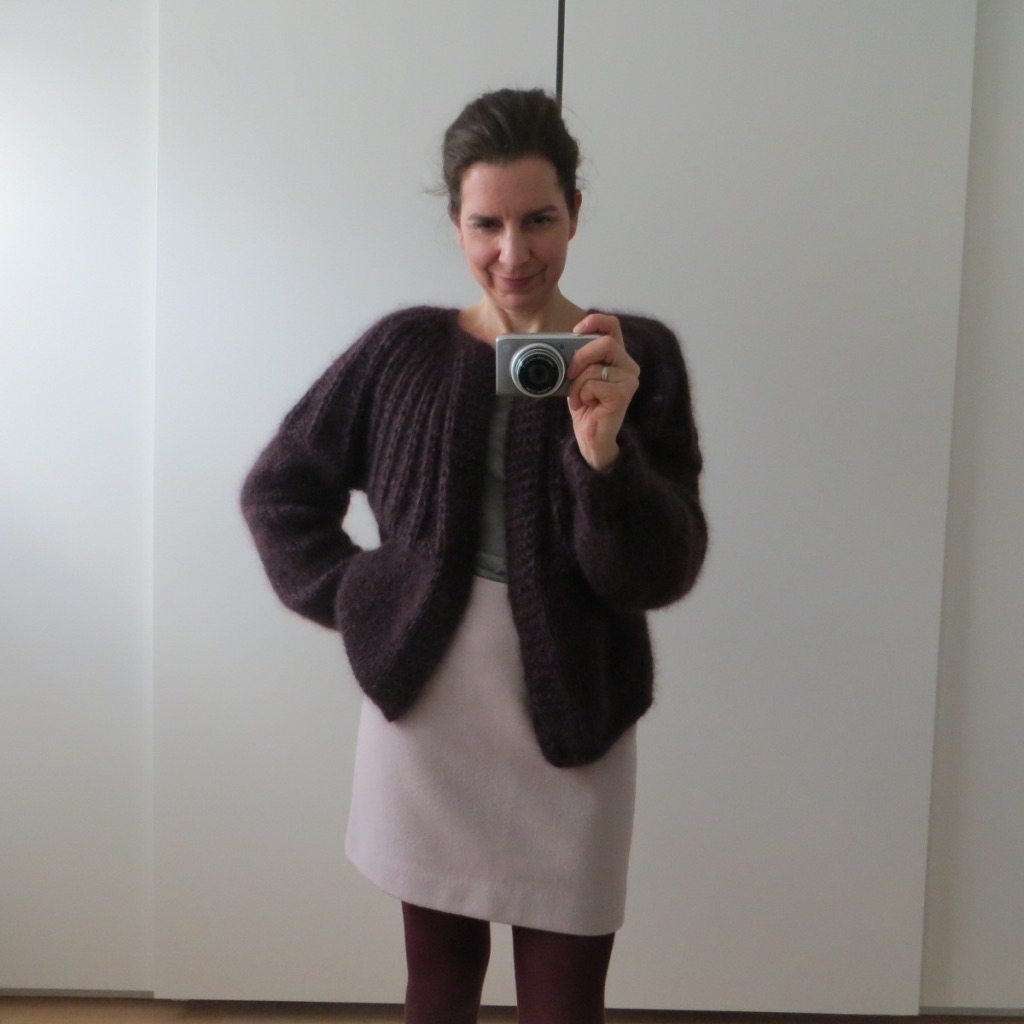LOTILDA Kurze Mohair Strickjacke mit Passe im Stil von Maiami Berlin